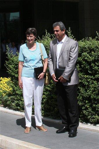 """La Alta Representante de las Naciones Unidas para Asuntos de Desarme, Angela Kane,observa el equipo de expertos de armas de la ONU cuando parte del hotel a fin de realizar una visita prevista para investigar un presunto ataque químico que mató a cientos de personas en un suburbio de Damasco el lunes 16 de agosto del 2013. El más importante republicano de la comisión de relaciones exteriores del Senado ha instado a una incursión aérea """"quirúrgica"""" contra Siria en respuesta al presunto ataque de Bashar Assad con armas químicas. (Foto AP)"""
