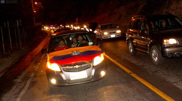 La caravana que acompañó al cadáver de Christian Benítez desde Tababela. Foto Carlos Noriega/API