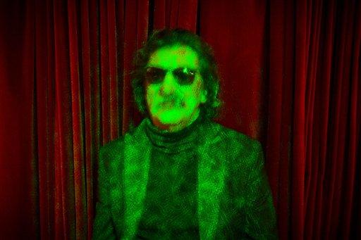 El rockero argentino Charly García posa para un retrato en Buenos Aires, Argentina, bañado por luz láser, el miércoles 14 de agosto del 2013