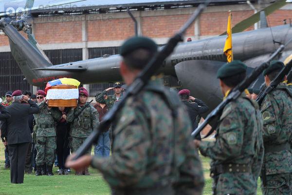 La llegada a Quito de los restos del Militar Diego Armando Maldonado, quien muriera en un enfrentamiento armado contra un grupo ilegal en la frontera de Ecuador y colombia, su cuerpo llego en helicoptero al Colegio Militar Eloy Alfaro de la capital. FOTOS API / JUAN CEVALLOS.