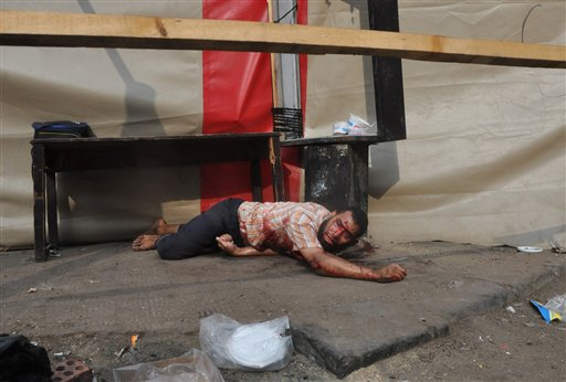 Un partidario del presidente islamista depuesto Mohamed Morsi yace en el suelo luego de que las fuerzas de seguridad despejaron un campamento de protesta cerca de la Universidad de El Cairo en el distrito de Giza. El operativo del 14 de agosto de 2013 dejó más de 500 muertos. (Foto AP/Hussein Tallal)
