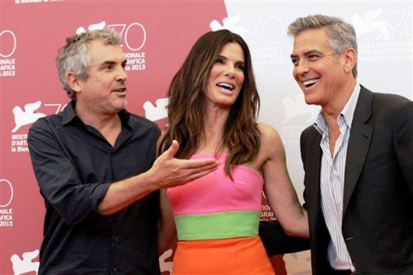 """El director mexicano Alfonso Cuarón y los actores estadounidenses Sandra Bullock y George Clooney posan en la 70a edición del Festival de Cine de Venecia, previo al estreno de su película """"Gravity"""", el miércoles 29 de agosto del 2013. (AP Foto/Andrew Medichini)"""