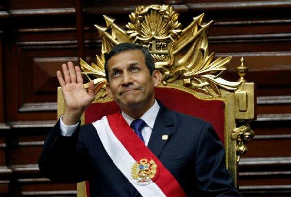 El presidente de Perú Ollanta Humala saluda después de pronunciar un discurso en el Congreso en el día de la Independencia en Lima, Perú, el domingo 28 de julio del 2013.  (AP Foto/Karel Navarro)