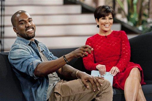 """En esta foto del 19 de agosto del 2013, el cantante Kanye West con la presentadora Kris Jenner durante la grabación de """"Kris"""" en Culver City, California. Durante la entrevista, que se transmitía el viernes 23 de agosto del 2013, West proclamó su amor por la hija de Jenner, Kim Kardashian, y por su hija North. (AP Foto/20th Century Television, Barry J. Holmes)"""