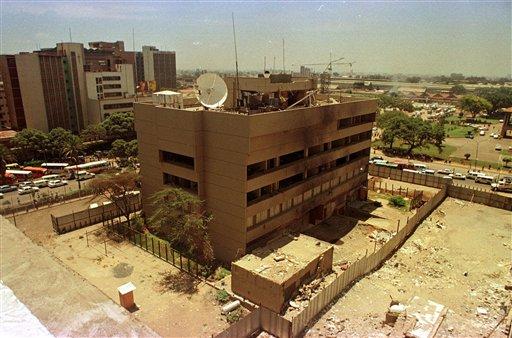 Esta fotografía muestra la embajada de Estados Unidos en el centro de Nairobi, Kenia, el 22 de marzo de 1999. La sede diplomática sufrió un ataque terrorista y fue reemplazada por otro edificio. Un mensaje secreto interceptado entre el jefe de al-Qaida, Ayman al-Zawahri, y su lugarteniente en Yemen sobre los planes de un gran ataque provocó el cierre de las embajadas estadounidenses en los países islámicos, durante el fin de semana. (Foto AP/Khalil Senosi-archivo)