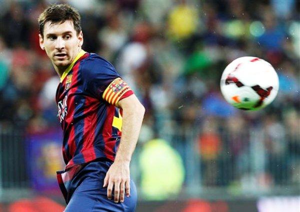 El delantero argentino Lionel Messi del Barcelona, en primer plano, durante el partido amistoso con el Lechia Gdansk disputado en Gdansk, Polonia, el martes 30 de julio de 2013. (AP Foto/Czarek Sokolowski)