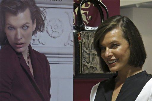 La modelo Ukraniana Milla Jovovich posa junto a un afiche con su imagen en un recorrido por una tienda departamental Liverpool en la Ciudad de México, el jueves 22 de agosto de 2013. Jovovich es la nueva imagen de la tienda. (Foto AP/Isaac Garrido)