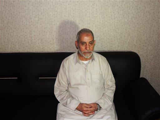Esta imagen divulgada por el ministerio del Interior de Egipto muestra a Mohamed Badie, el líder supremo de la Hermandad Musulmana, luego de que las autoridades egipcias lo detuvieron en El Cairo, Egipto, el martes 20 de agosto de 2013. (AP Foto/Ministerio del Interior de Egipto)