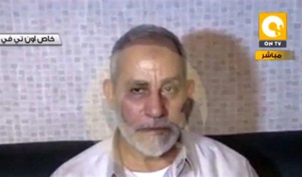 En esta imagen tomada de la televisión estatal egipcia se ve a Mohammed Badie, supremo líder de la Hermandad Musulmana, después de ser detenido, en El Cairo, Egipto, el martes 20 de agosto de 2013. (Foto AP/Egypt State TV)