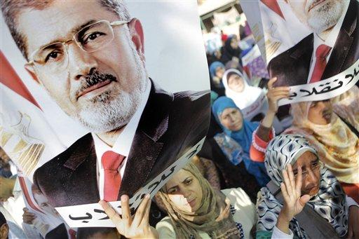 """Partidarios del ex presidente egipcio Mohammed Morsi sostienen carteles con el mensaje """"No al golpe de estado"""", en una marcha en El Cairo, el lunes 19 de agosto de 2013. (Foto AP/Amr Nabil)"""