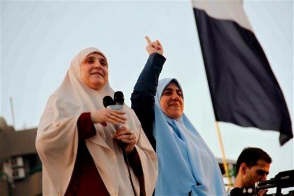 Naglaa Mahmoud, izquierda, esposa del derrocado presidente egipcio Mohammed Morsi, habla a miles de partidarios de Morsi reunidos frente a la mezquita de Rabaah al-Adawiya, el jueves 8 de agosto de 2013, en Nasr City, suburbio de El Cairo, Egipto. (Foto AP/Ravy Shaker, El Shorouk Newspaper)