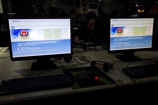 Un usuario está junto a pantallas con un mensaje de la policía china sobre el uso adecuado de internet en un cibercafé en la capital china el 19 de agosto del 2013. Muchos blogueros famosos han logrado cantidades de seguidores y en algunos casos sus cuentas se han cerrado sin explicación, presumiblemente porque lo que dicen no le agrada al gobierno comunista (AP Foto/Ng Han Guan)
