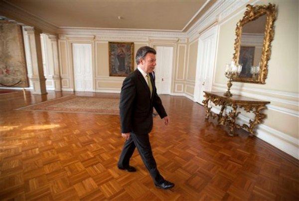 El presidente colombiano Juan Manuel Santos llega para una entrevista en la Casa de Nariño en Bogotá, Colombia, el jueves 8 de agosto de 2013. Santos busca aclaraciones de Washington sobre si Estados Unidos espió en Colombia más alla de las operaciones de inteligencia  que ambos países han realizado durante años. (Foto AP/Fernando Vergara)