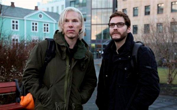 """Benedict Cumberbatch, en el papel de Julian Assange, izquierda, y Daniel Bruhl, como Daniel Domscheit-Berg, en el drama sobre WikiLeaks """"The Fifth Estate"""" en una fotografía sin fecha proporcionada por Dream Works Studios. (Foto AP/ Frank Connor, archivo)"""