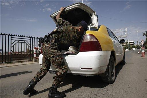 Un policía yemení inspecciona un automóvil a la entrada del aeropuerto internacional de Saná el miércoles, 7 de agosto del 2013. (Foto AP/Hani Mohammed)