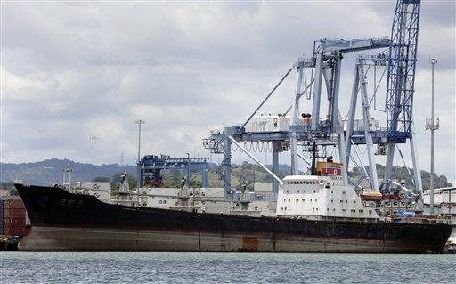 El buque norcoreano Chong Chon Gang en el muelle de la terminal internacional de contenedores de Manzanillo, cerca de Ciudad Colón, Panamá, miércoles 14 de agosto de 2013. Los expertos del Consejo de Seguridad de la ONU que vigilan las sanciones a Corea del Norte concluyeron el jueves 15 de agosto de 2013 una visita de inspección al barco norcoreano retenido con armas cubanas sin declarar, informó el gobierno panameño. (AP Foto/Arnulfo Franco)