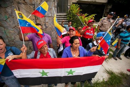 Un grupo de venezolanos se ha congregado este 29 de agosto frente a la embajada de Siria para mostrar su rechazo a un posible ataque militar externo contra este país.