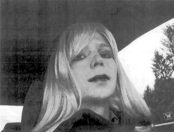 """El soldado estadounidense Bradley Manning posa con una peluca y los labios pintados, en una foto sin fecha suministrada por el Ejército de Estados Unidos. Manning le envió la foto a su psicólogo militar por correo electrónico en una carta titulada """"Mi problema"""", en la cual relata su problema de identidad sexual y su esperanza de que una carrera militar le permita """"deshacerme de él"""". (Foto AP/Ejército de EE.UU.)"""