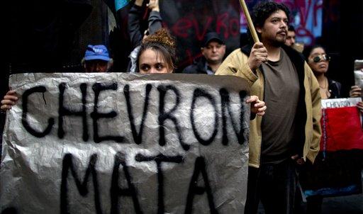 Una manifestante sostiene una pancarta en una manifestación contra un acuerdo de la YPG argentina y la petrolera estadounidense Chevron, en Buenos Aires, Argentina, el miércoles 28 de agosto de 2013. (AP Photo/Natacha Pisarenko)
