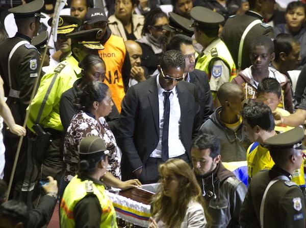 QUITO 2 DE AGOSTO DEL 2013. EL astro Antonio Valencia, en el velorio de su colega,el futbolista Cristian Benitez, en el coliseo Rumiñahui. FTOS API / JUAN CEVALLOS.