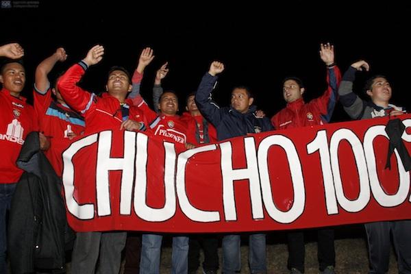 Quito, 02 de Agosto. Fanáticos del fútbol y admiradores de Cristian Benitez se acercan al aeropuerto Mariscal Sucre, en Tababela para recibir su cuerpo. Carlos Noriega. APIFOTO.