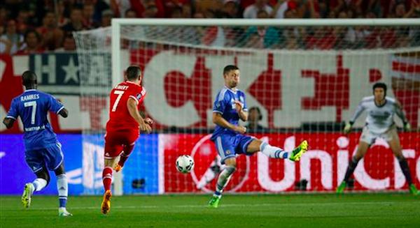 El jugador de Bayern Munich, Franck Ribery, segundo desde la izquierda, remata y anota un gol contra Chelsea en la Supercopa de Europa el viernes, 30 de agosto de 2013, en Praga. (AP Photo/Michael Sohn)