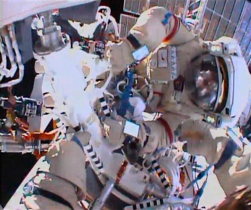 Los cosmonautas Fyodor Yurchikhin y Aleksandr Misurkin participan en una caminata espacial afuera de la Estación Espacial Internacional el jueves 22 de agosto de 2013 en esta imagen de video distribuida por la NASA. (Foto AP/NASA)