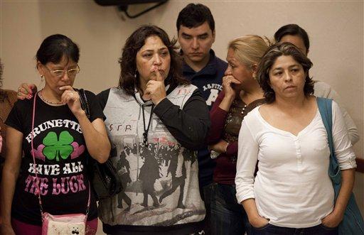 Familiares de un joven que desapareció en mayo de un club nocturno de la capital mexicana escuchan al fiscal Rodolfo Ríos en una conferencia de prensa sobre una fosa clandestina encontrada en las afueras de la Ciudad de México, el 22 de agosto de 2013. (Foto AP/Eduardo Verdugo)