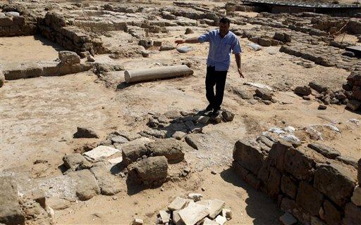 En imagen del lunes 22 de julio de 2013, un hombre camina entre los restos del monasterio San Hilario, en el campamento de refugiados Jabaliya, en el norte de la Franja de Gaza. El monasterio, recuerdo de la época en la antigüedad en que el Cristianismo era la religión dominante en la zona, es uno de los muchos tesoros que arqueólogos luchan por preservar en la Franja. (Foto AP/Hatem Moussa)