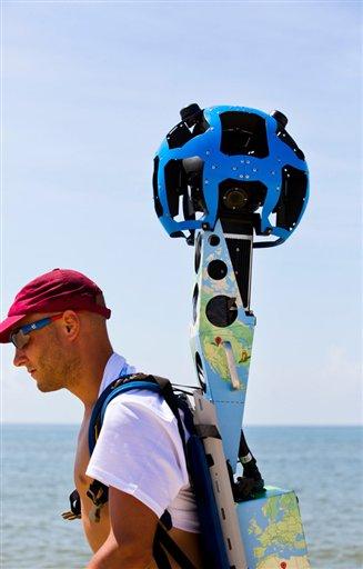 En esta foto del 30 de julio del 2013 y proveída por Visit Florida, Chris Officer lleva 15 cámaras de Google mientars camina por una playa de la Isla St. George en Florida. Visit Florida, la agencia de turismo del estado, se asoció con Google para generar imágenes y mapas de los 1328 kilómetros de playas de Florida.  (Foto AP/Visit Florida, Colin Hackley)