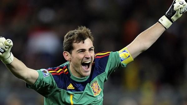 Foto de archivo.  Iker Casillas con la camiseta de la selección española. AP Photo/Daniel Ochoa de Olza.