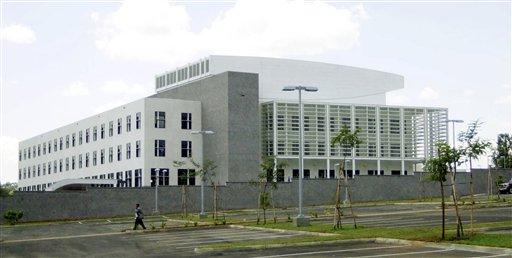 La nueva embajada de EEUU en las afueras de Nairobi, la capital de Kenia en una foto del 3 de marzo del 2003. Estas modernas instalaciones reemplazaron al antiguo local que fue destruido por una explosión terrorista el 7 de agosto de 1998. Un mensaje secreto interceptado entre el jefe de al-Qaida, Ayman al-Zawahri, y su lugarteniente en Yemen sobre los planes de un gran ataque provocó el cierre de las embajadas estadounidenses en los países islámicos. (Foto AP/Khalil Senosi, archivo)