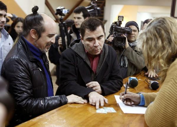PRIMERA PAREJA HOMOSEXUAL SE INSCRIBE PARA CASARSE EN URUGUAY