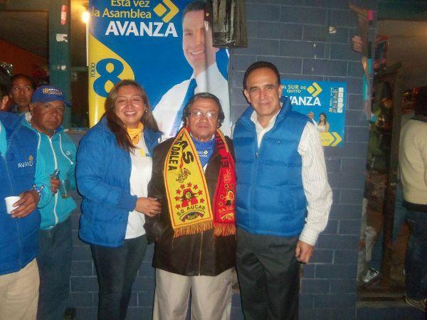 Mónica Gordón, candidata a la Asamblea Nacional por el sur de Quito, en un foto colgada en su página de Facebook, junto a su padre, Ramiro Gordón, y el líder del partido Avanza, Ramiro González, actual ministro coordinador de la Política Económica.