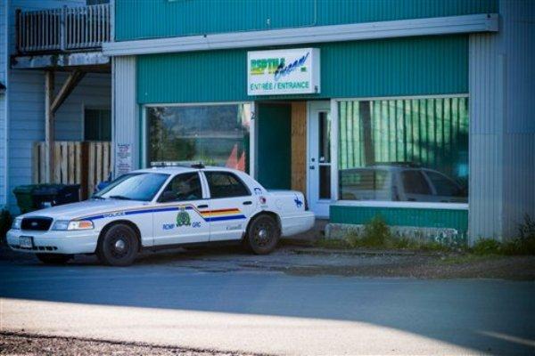 Imagen de una patrulla de la Real Policía Montada de Canadá afuera de la tienda de mascotas exóticas propiedad del dueño del apartamento, en el mismo edificio, donde una pitón mató a dos niños. (Foto AP/The Canadian Press, John LeBlanc)