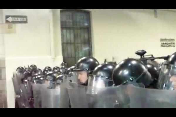 La policía durante las protestas de anoche.
