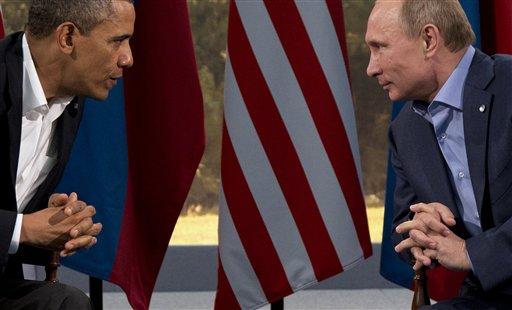 El presidente de Estados Unidos, Barack Obama, izquierda, conversa con el presidente de Rusia, Vladimir Putin, en esta foto del 17 de junio de 2013. (AP Photo/Evan Vucci, File)