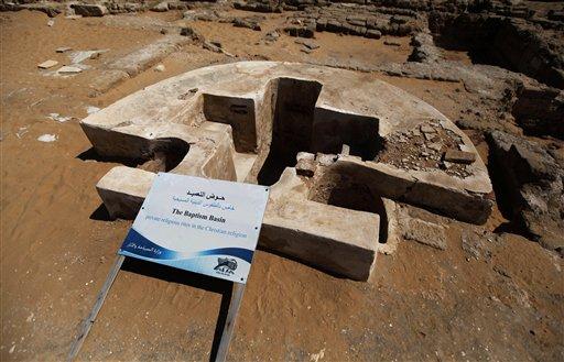 En imagen del lunes 22 de julio de 2013, una pila bautismal del monasterio San Hilario, en el campamento de refugiados Jabaliya, en el norte de la Franja de Gaza. El monasterio, recuerdo de la época en la antigüedad en que el Cristianismo era la religión dominante en la zona, es uno de los muchos tesoros que arqueólogos luchan por preservar en la Franja. (Foto AP/Hatem Moussa)