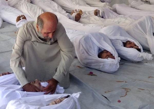 En esta imagen de periodismo ciudadano proporcionada por la Oficina de Prensa de Douma, y que fue certificada con base en sus contenidos y otros reportes de AP, un hombre sirio llora la muerte de un cuerpo luego de un presunto ataque con gas venenoso lanzado por fuerzas del régimen, según activistas, en Douma, Damasco, Siria, el miércoles 21 de agosto de 2013. El Consejo de Seguridad de la ONU programó una reunión de emergencia el miércoles para discutir las más recientes denuncias de uso de armas químicas en Siria. (AP Foto/Media Office Of Douma City)