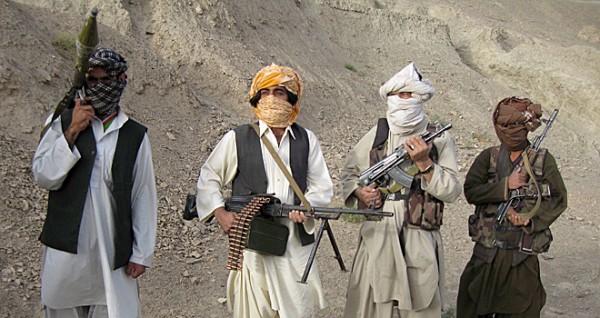 Un taliban de un grupo extremista sostiene un arma. Foto de Archivo, Noticias Ecuador.