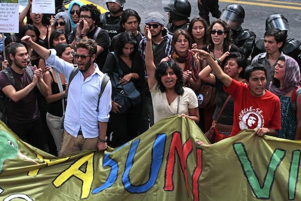 Decenas de jóvenes acompañan a Julio César Trujillo a la Corte Constitucional el 22 de agosto de 2013, en Quito. API/Juan Cevallos.