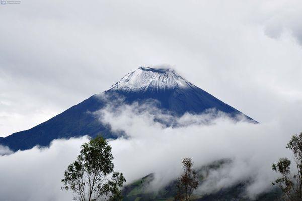 Cotaló (Pelileo), 13 de agosto del 2013El volcán Tungurahua se despejó y se lo pudo ver con nieve en el cráter y las laderas. Según el repoirte del Instituto Geofísico la actividad es de moderada a alta.APIFOTO: Carlos Campaña
