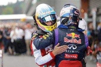 El piloto de Red Bull Sebastian Vettel, de espaldas, es felicitado por Fernando Alonso, de Ferrari, después del Gran Premio Belga de Fórmula Uno. Vettel ganó la carrera el 25 de agosto del 2013 y Alonso llegó segundo (AP Foto/Luca Bruno)
