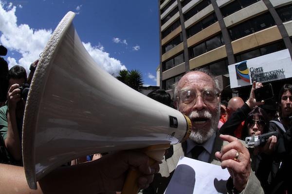 El doctor Julio César Trujillo, el 22 de agosto de 2013, en las afueras de la Corte Constitucional. Foto API/Juan Cevallos.