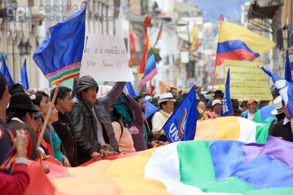 foto tomada el 27 de agosto del 2013 En la mañana de hoy desde la plazoleta de San Roque los comuneros indigenas se dirigieron hasta la Dirección de Educación del Azuay.