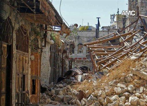En esta imagen de periodismo ciudadano del miércoles 11 de septiembre de 2013 suministrada por el Centro de Medios de Alepo, que ha sido autenticada con base en su contenido y otros reportes de la AP, se ven los daños causados por un intenso combate entre fuerzas armadas del gobierno y combatientes del Ejército Libre de Siria en una calle de Alepo, Siria. (Foto AP/Centro de Medios de Alepo AMC)