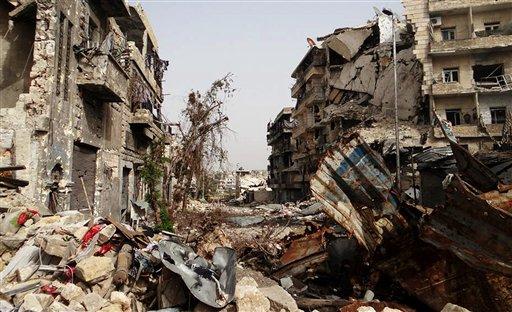Esta imagen de periodismo ciudadano proporcionada por el Aleppo Media Center AMC, cuya veracidad ha sido confirmada con base en su contenido y otros reports de AP, muestra edificios destrozados por los duros combates entre las fuerzas gubernamentales y el Ejército Libre de Siria, en Alepo, Siria, el jueves 19 de septiembre de 2013. Un grupo de activista sirios dijo el jueves que un gurpo armado vinculado a al-Qaida capture un poblado cerca de la frontera con Turquía tras cruentos combates con un grupo rebelde. (AP Foto/Aleppo Media Center, AMC)