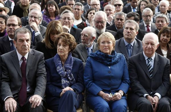 Los presidentes Ricardo Lagos (d) y Eduardo Frei (i) con la exmandataria Michelle Bachelet y la madre de ella, Angela Jeria