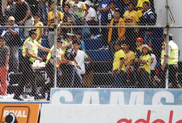 SANGOLQUI 28 DE SEPTIEMBRE DE 2013, En el estadio Rumiñahui Independiente José Terán recibe al Barcelona. Varios hinchas de Barcelona fueron sacados del estadio según informaron miembros de la policía fueron detenidos por posesión de drogas y provocar disturbios en los graderíos  FOTO API / JAVIER CAZAR