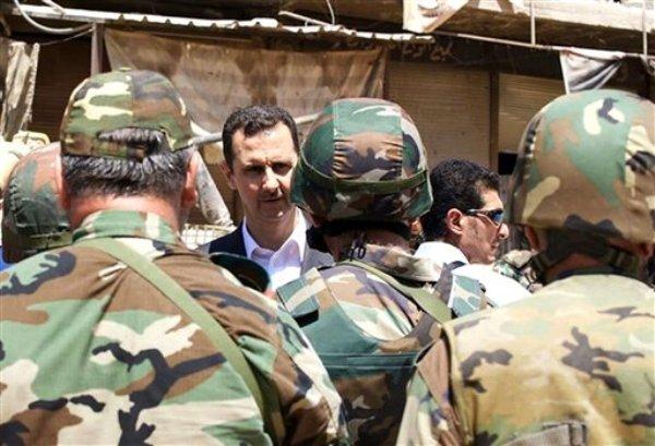 El presidente Bashar Assad habla con soldados sirios en Darya, Siria, en una imagen publicada el 1 de agosto de 2013 en la página de la presidencia siria en Facebook. (Foto AP/Presidencia siria por  Facebook, Archivo)